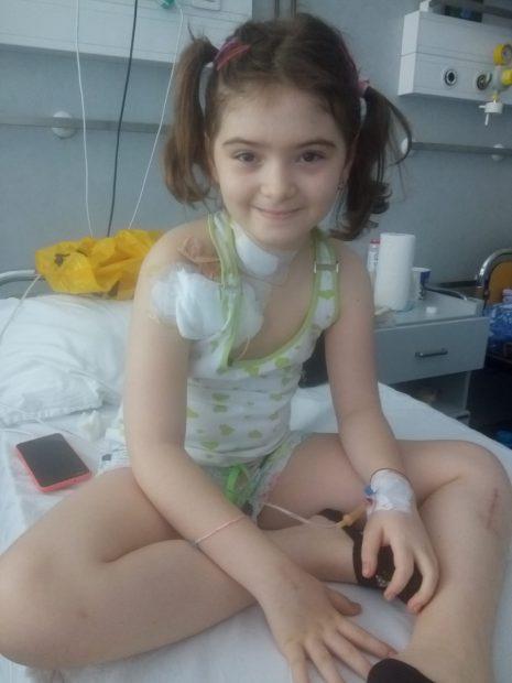 Giulia Toma, în vârstă de9 ani, la scurt timp după ce a fost diagnosticată cu cancer osos